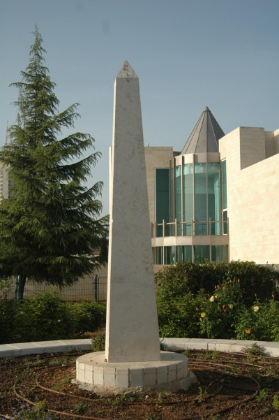 Dorothy Rothschild Garden obeliskk for sun worship