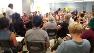 Salle comble pour l'assemblée de convergence de l'utopie réaliste à la politique publique