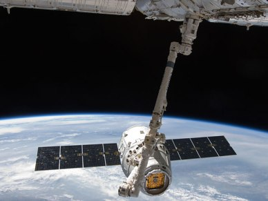Le cargo Dragon lors de son premier accostage à l'ISS en 2012 (source NASA)