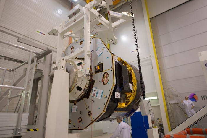 Gaia est installé sur l'un des moyens de test pour mesurer sa masse dans les installations d'Intespace à Toulouse (©ESA - S. Corvaja, source http://sci.esa.int/gaia/51684-gaia-spacecraft-being-installed-on-the-mass-properties-testing-equipment/)