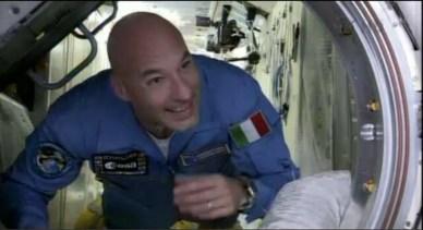 Luca Parmitano avec un grand sourire en arrivant dans l'ISS