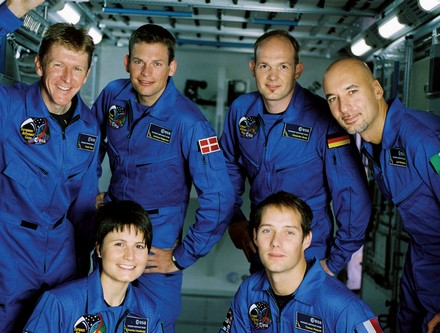En haut (de g. à d.) : Timothy Peake, Andreas Mogensen, Alexander Gerst et Luca Parmitano. En bas (de g. à d.) : Samantha Cristoforetti et Thomas Pesquet.