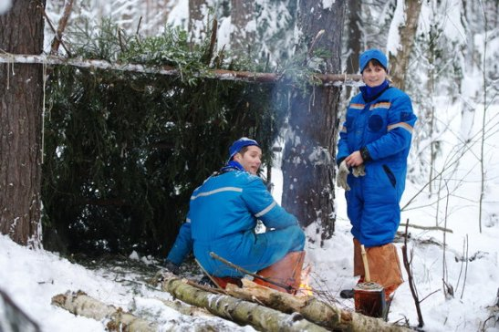 Thomas et Samantha construisant un abri pendant le stage de survie