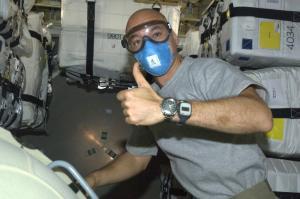 Luca Parmitano juste après l'ouverture de l'écoutille de l'ATV vérifie la qualité de l'air de celui-ci