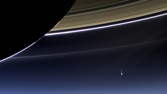 La sonde Cassini de la NASA a capturé les anneaux de Saturne et notre planète Terre et sa lune dans le même cadre. Crédit : NASA / JPL-Caltech / Space Science Institute