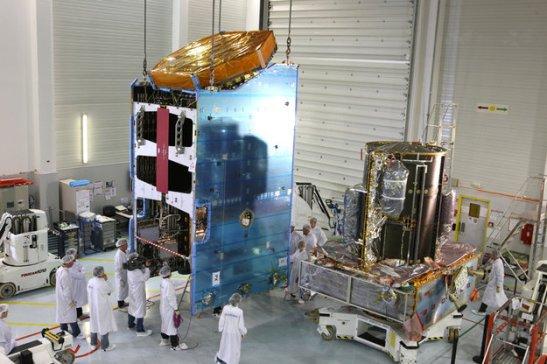 La plateforme Alphabus (à droite) et la charge utile avant leur couplage chez ASTRIUM (source ESA)