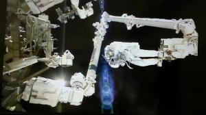 Luca Parmitano est fixé par ses pieds au bras Canadarm2 de l'ISS