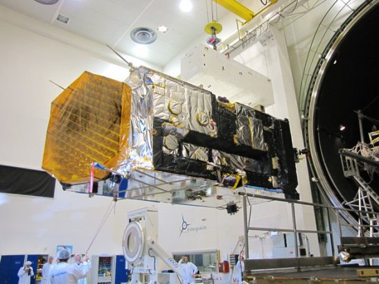 Alphasat avant son entrée dans le caisson pour l'essai Vide Thermique (source ESA)