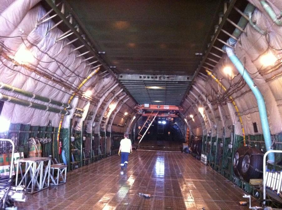 à l'intérieur de l'Antonov, en regardant vers l'arrière
