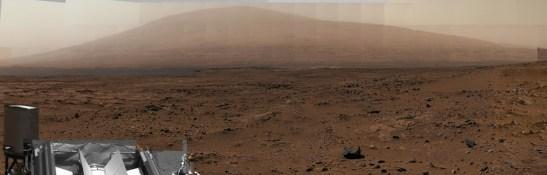 Le mont Sharp vu par la caméra couleur MastCam de Curiosity. Placée au sommet d'un mât, elle prend des photos à hauteur d'yeux humains, nous montrant ainsi la perspective qu'auraient des astronautes sur Mars. Ce panoramique est un assemblage de plusieurs clichés. (source légende : EnjoySpace)