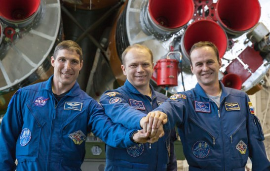 Expedition 37/38 (de gauche à droite) : Michael Hopkins, Oleg Kotov , Sergey Ryazanskiy Devant les boosters de leur fusée Soyouz. (Image Credit: NASA/Victor Zelentsov)