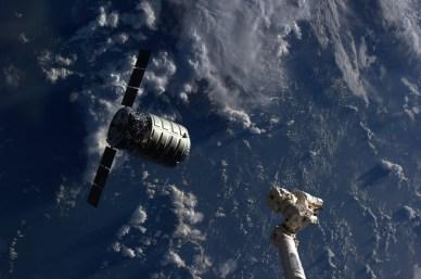 Le cargo Cygnus à quelques mètres avant d'être capturé par le bras Canadarm2 (source NASA)
