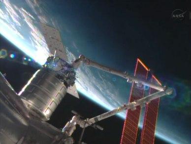 le cargo Cygnus en cours d'installation sur le Module Harmony