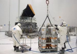 Remplisage du satellite Plack au S5 par les techniciens en scaphandre (source CNES/ESA)