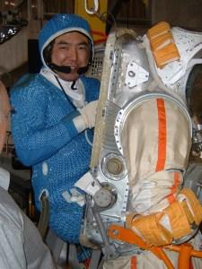 l'astronaute Furukawa avec sa combinaison, rentrant dans la tenue Orlan de sortie dans l'espace (source JAXA)