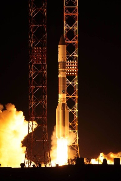 Décollage de Proton avec Sirius FM6, à 18h08 GMT depuis Baikonur au Kazakhstan. (Credit: Roscosmos)