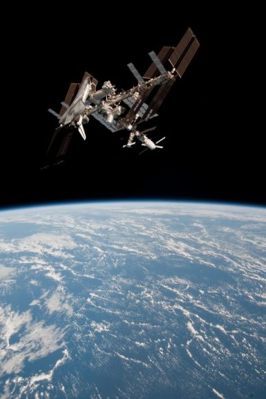 La navette Endeavour en mai 2011 amarrée à l'iSS (source NASA)