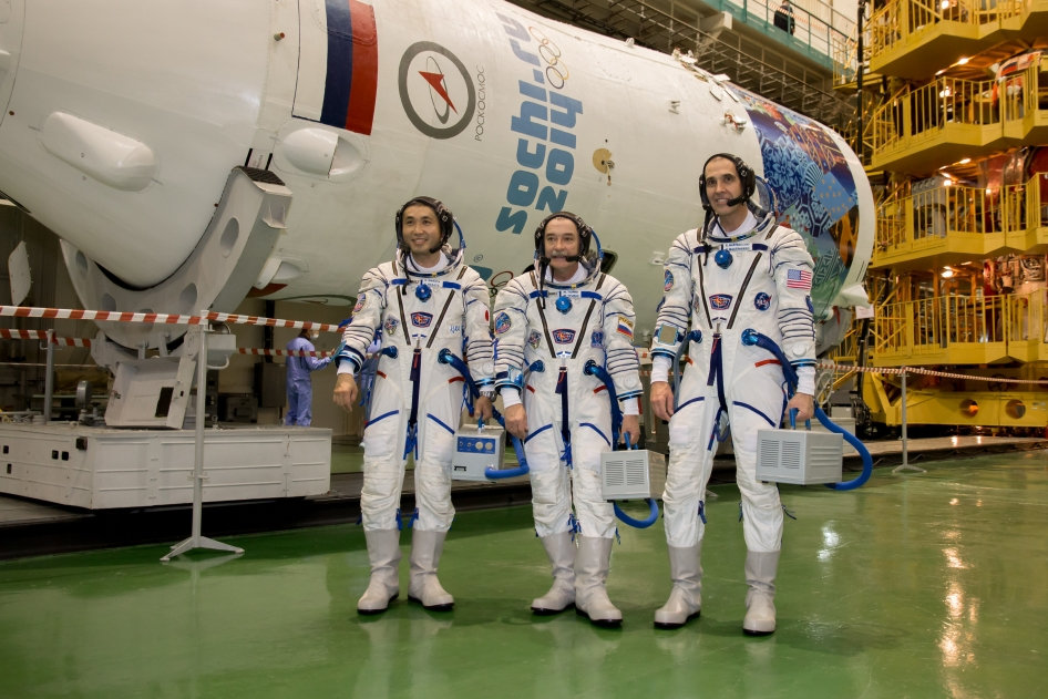 l'équipage du Soyouz TMA-11 de gauche à droite : Koichi Wakata, Mikhail Tyurin, Rick Mastracchio