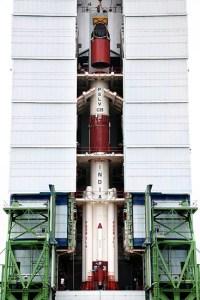 le lanceur PSLV-C25 : assemblage du 3e et 4e étage