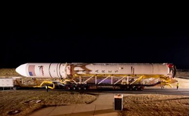 Roulage en décembre d'Antares vers son pas de tir (Photo: NASA / Bill Ingalls)