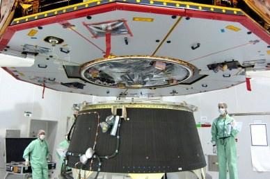 approche de Gaia : vue sur l'antenne de transmission des données à la Terre. Les panneaux solaires sont encore protégés des chocs et de la contamination