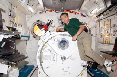 Kirobo et l'astronaute japonais Koichi Wakata à bord de l'ISS