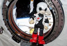 Kirobo flottant dans l'ISS