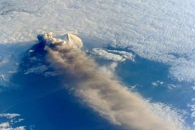 Le volcan Pavlof dans l'océan Pacifique. Image prise par les astronautes de l'ISS le 18 mai 2013