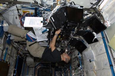 L'astronaute Koichi Wakata opérant le bras robotique Canadarm2 à bord de l'ISS