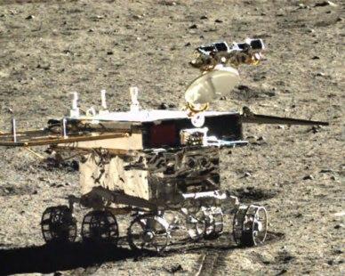 le Rover chinois Yutu sur le sol lunaire autour du site d'atterrissage. Photo prise par l'atterrisseur Chang'e-3 (source : CNSA)
