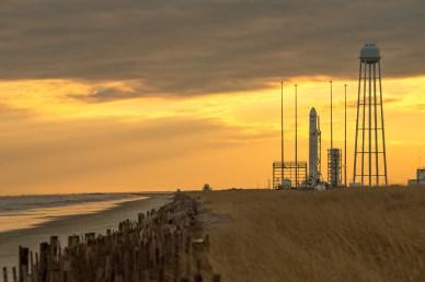 le lanceur Antares sur son pas de tir le 6 janvier 2014 (source NASA)