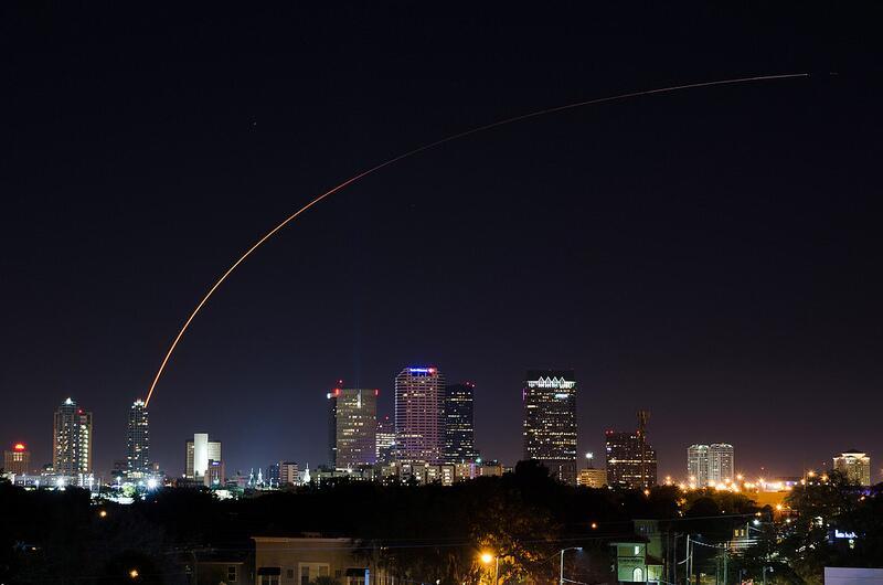 La fusée Atlas V et TDRS au-dessus de Downtown Tampa (source Old Boone via @EpicCosmos)