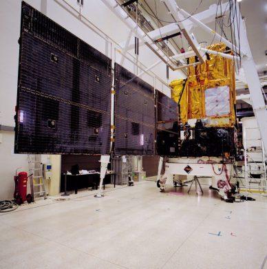 L'un des 2 panneaux solaires de 32m de long en essai de déploiement au sol à l'ESTEC d'où Rosetta tire toute son énergie électrique (source  ESA-A.Van Der Geest)