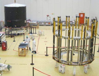 Vue générale de la salle blanche avec le satellite et l'armature du pare-soleil en attente d'installation
