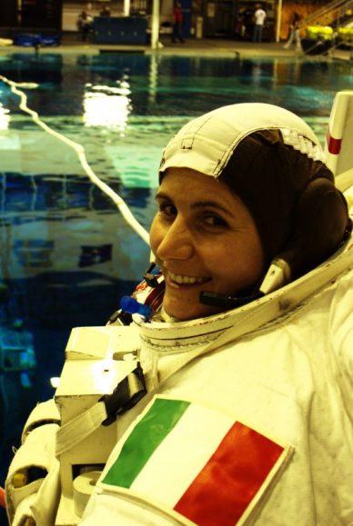 Samantha Cristoforetti avant un entrainement de sortie spatiale en piscine (source ESA)