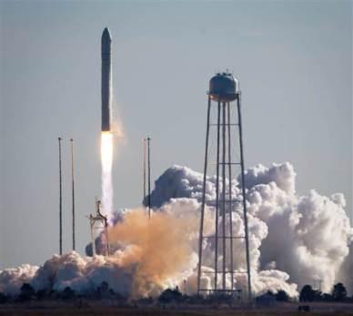 Lancement du cargo Cygnus Orb1 par une fusée Antares le 09/01/14 (source NASA)