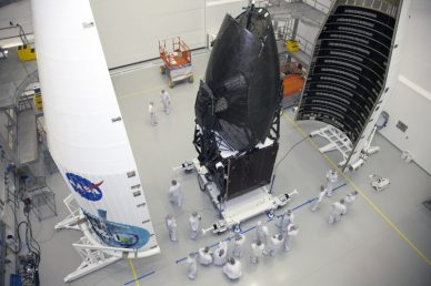 Mise en place de la coiffe d'Atlas V sur le satellite TDRS-L (source NASA)