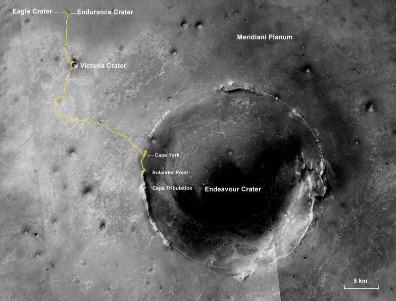 Tracé du chemin parcouru du rover Opportunity de la NASA depuis son atterrissage à l'intérieur du cratère Eagle le 25 janvier 2004, dans la région équatoriale de Meridiani Planum de Mars, qui a été choisi comme zone d'atterrissage d'Opportunity en raison de la détection précoce de l'hématite minérale de l'orbite. L'image de base pour cette carte est une mosaïque d'images prises par la caméra de Mars Reconnaissance Orbiter de la NASA. Echelle : le diamètre du cratère Endeavour est d'environ 22 km. Le nord est en haut. (Crédit: NASA/JPL-Caltech/MSSS/NMMNHS )