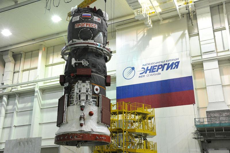 Le Progress M22-M en cours de transfert au sommet du lanceur Soyouz (source : RSC Energia)