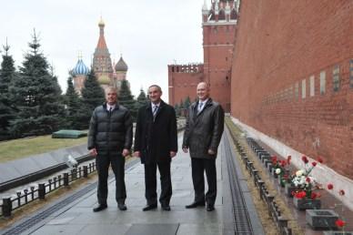 Dans le cadre des traditions avant un vol russe, l'équipage Exp39 a déposé des fleurs devant le mur du Kremlin à Moscou en hommage aux icônes spatiales russes qui y sont enterrés (source NASA)