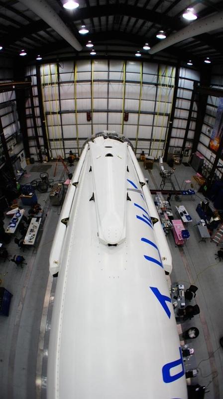 """La Falcon 9 équipée de ses """"jambes"""" (source SpaceX - Elon Musk)"""