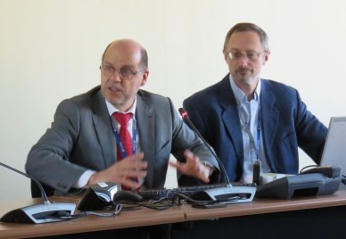 Marc Pircher, directeur du Centre spatial de Toulouse,  et Philippe Gaudon, chef de projet CNES de la participation française à la mission Rosetta
