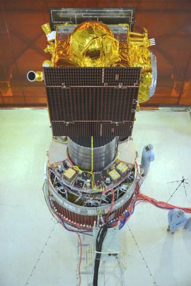 IRNSS-1B installé sur le 4e étage du lanceur PSLV-C24 (source ISRO)