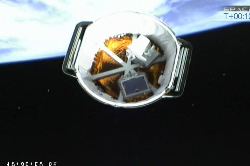 Le cargo Dragon CRS-3 juste après séparation, vu du 2e étage du lanceur? On voit nettement l'expérience OPAL et la caméra HDEV, les 2 boites en dehors du cargo, et les panneaux solaires repliés sur les côtés (source webcam SpaceX / NASA TV)