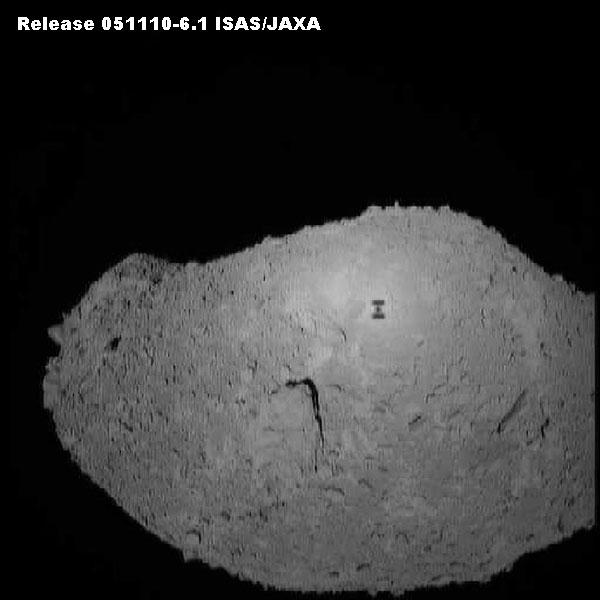 Ombre de la sonde automatique Hayabusa sur l'astéroïde Itokawa (Crédit: ISAS / JAXA)
