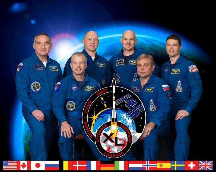 Les six membres de l'équipage Expedition 40.  De gauche à droite : le cosmonaute Alexandre Skvortsov de Roscosmos, l'astronaute de la NASA Steve Swanson et le cosmonaute Oleg Artemiev ; Alexander Gerst astronaute de l'ESA, le cosmonaute Maxim Suraev et l'astronaute de la NASA Reid Wiseman. (Crédit photo: NASA)