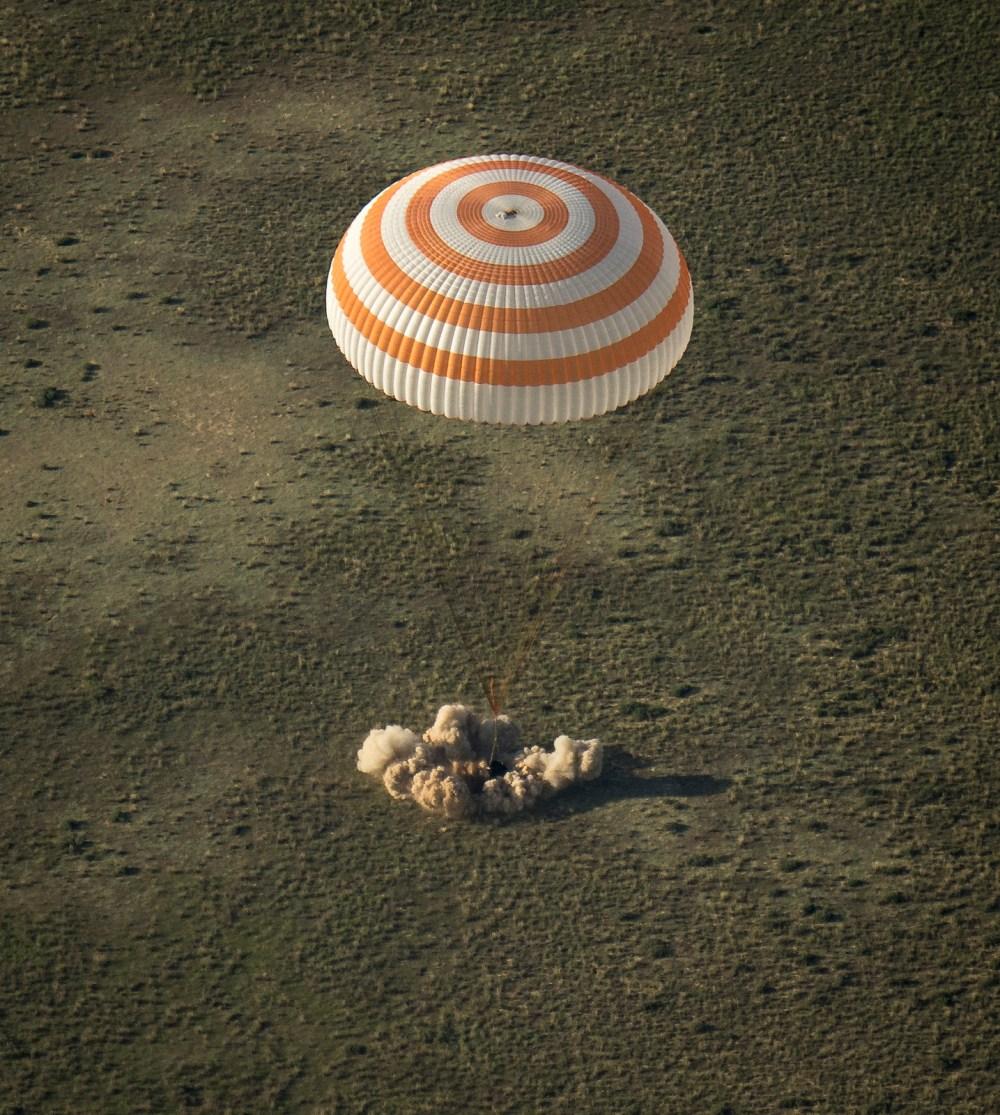 Atterrissage du Soyouz TMA-11M (source NASA/Bill Ingalls)