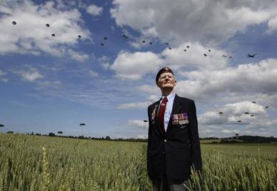 Le vétéran britannique de la campagne de Normandie, Fred Glover, 88 ans, pose tout en regardant le vol de 300 parachutistes de multi-nationalités à Ranville, France, le 5 Juin 2014 (source EUTERS/Chris Helgren)