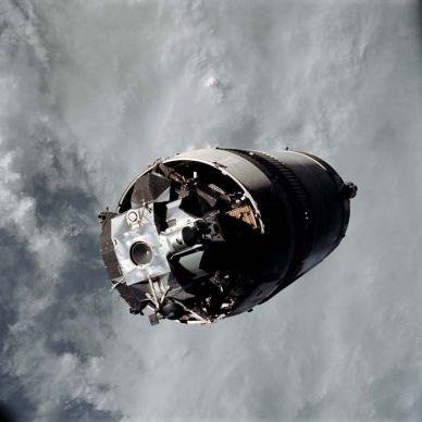 """Le module lunaire """"Spider"""", reste attaché au 3e étage Saturn IVB en orbite autour de la Terre avant l'amarrage avec le Module de Commande / Module de service d'Apollo 9, """"Gumdrop"""", le 3 Mars 1969 (source NASA)"""