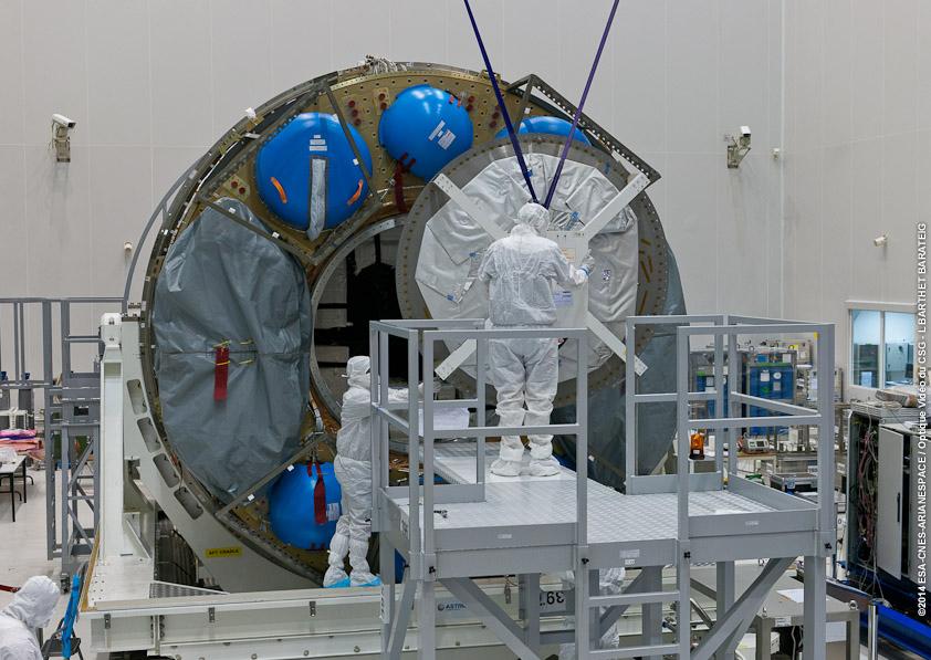 Après l'achèvement du chargement du fret initial, la grande ouverture à l'arrière de l'ATV ICC est scellé (© ESA-CNES-ARIANESPACE / Optique Vidéo du CSG)